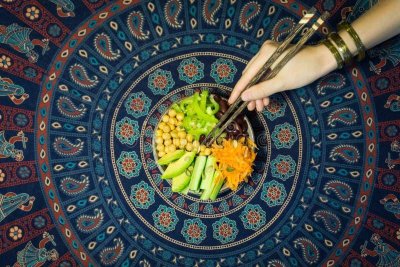Jarosza Buddha puchar Surowi warzywa i fasole w jeden pucharze fotografia stock