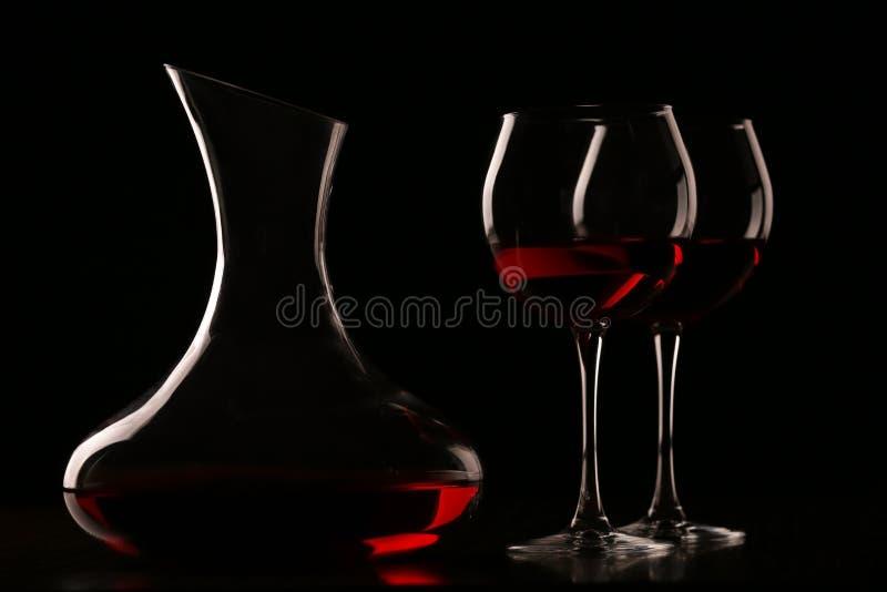 Jarra con el vino y los vidrios imagen de archivo libre de regalías