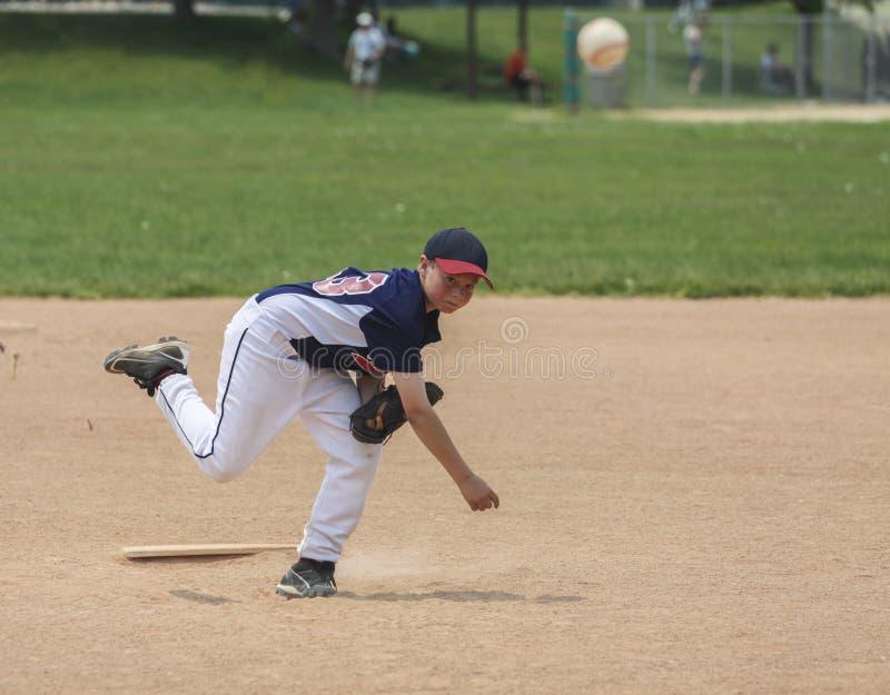 Jarra del béisbol de la juventud con la trayectoria de recortes foto de archivo libre de regalías