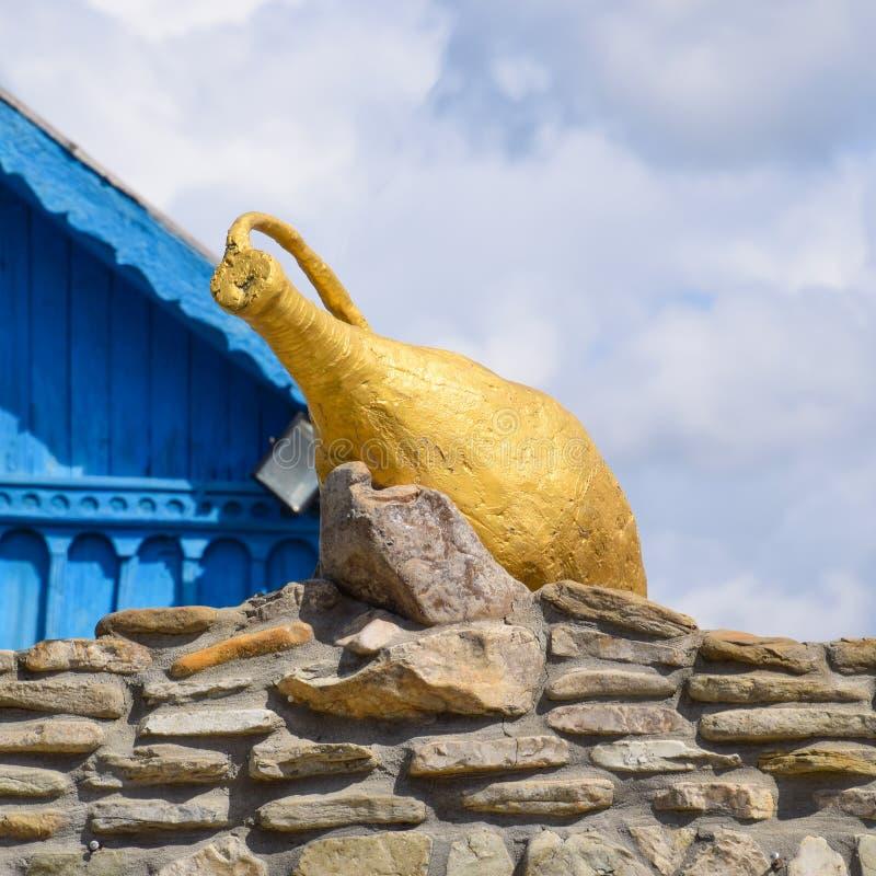 Jarra dorada en albañilería fotografía de archivo