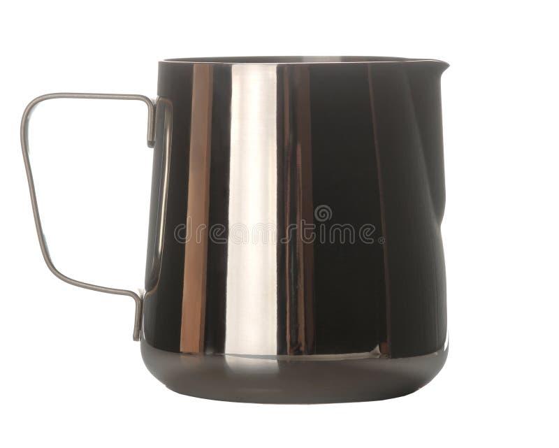 Jarra para la leche lechero accesorios para azotar la leche y hacer el café en blanco fondo aislado Primer foto de archivo libre de regalías