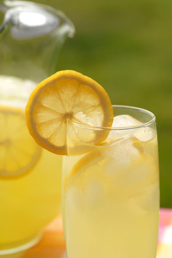 Jarra y vidrio de limonada imagen de archivo