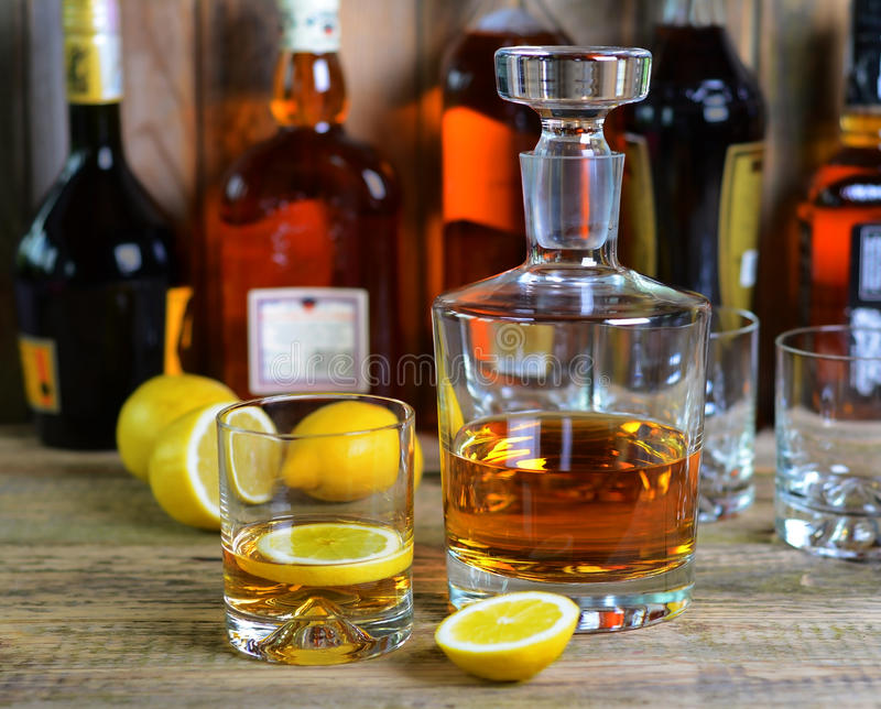 Jarra y vidrio de whisky foto de archivo libre de regalías