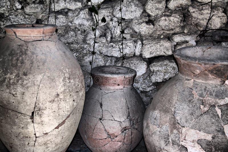 Jarras de cerámica antiguas fotografía de archivo libre de regalías