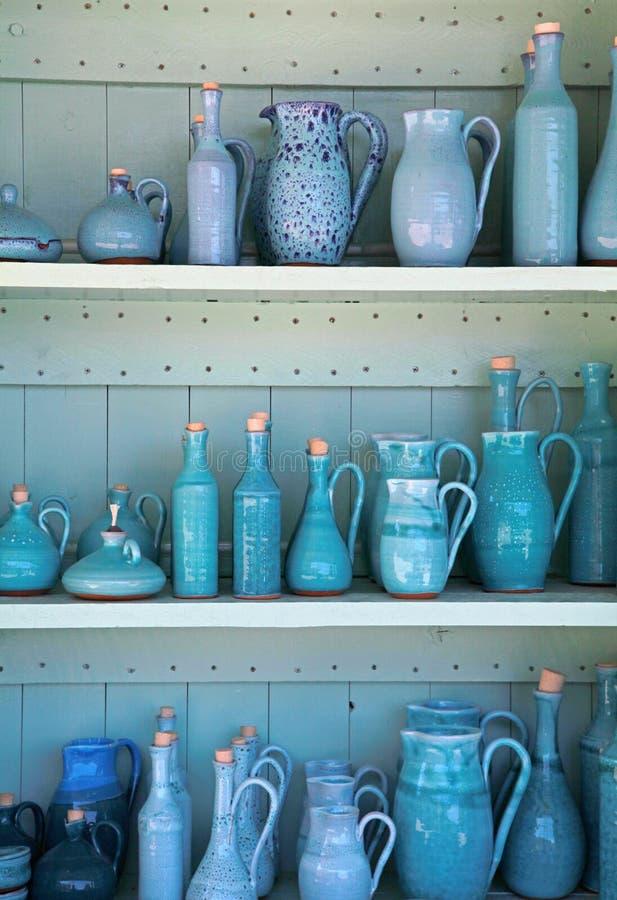 Jarras de cerámica esmaltadas turquesa, Grecia. foto de archivo