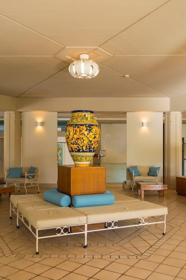 Jarre com os motivos florais colocados na mobília no centro imagens de stock royalty free