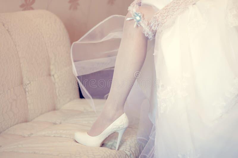 Jarretière au pied de la jeune mariée photos libres de droits