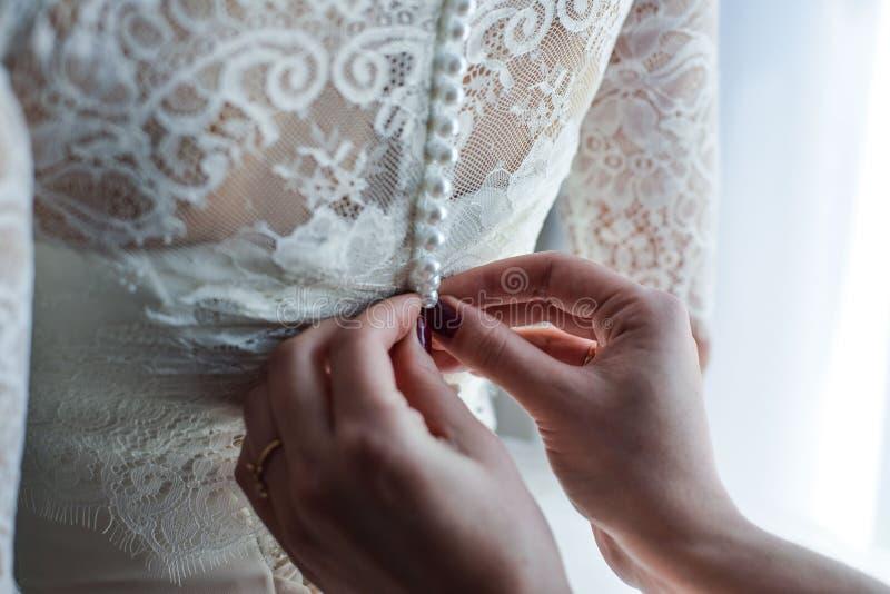 Jarretière sur la jambe d'une jeune mariée, moments de jour du mariage image libre de droits
