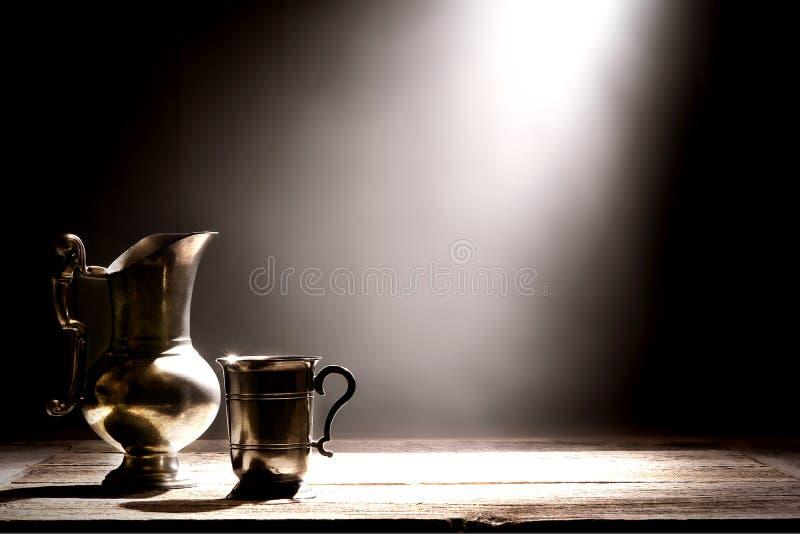 Jarro antigo do peltre e copo bebendo de prata velho imagens de stock