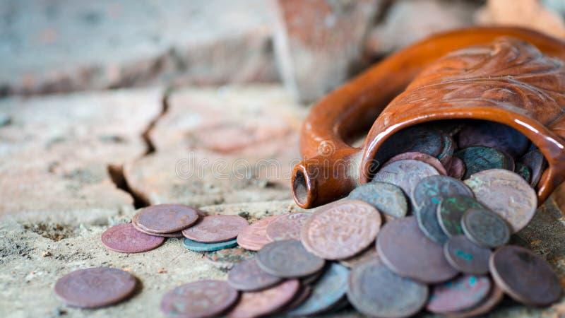 Jarro antiguo con las monedas foto de archivo