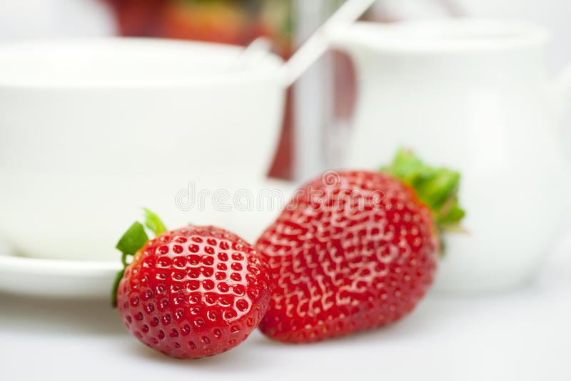 Jarro blanco de la taza y de leche con las fresas imagen de archivo libre de regalías