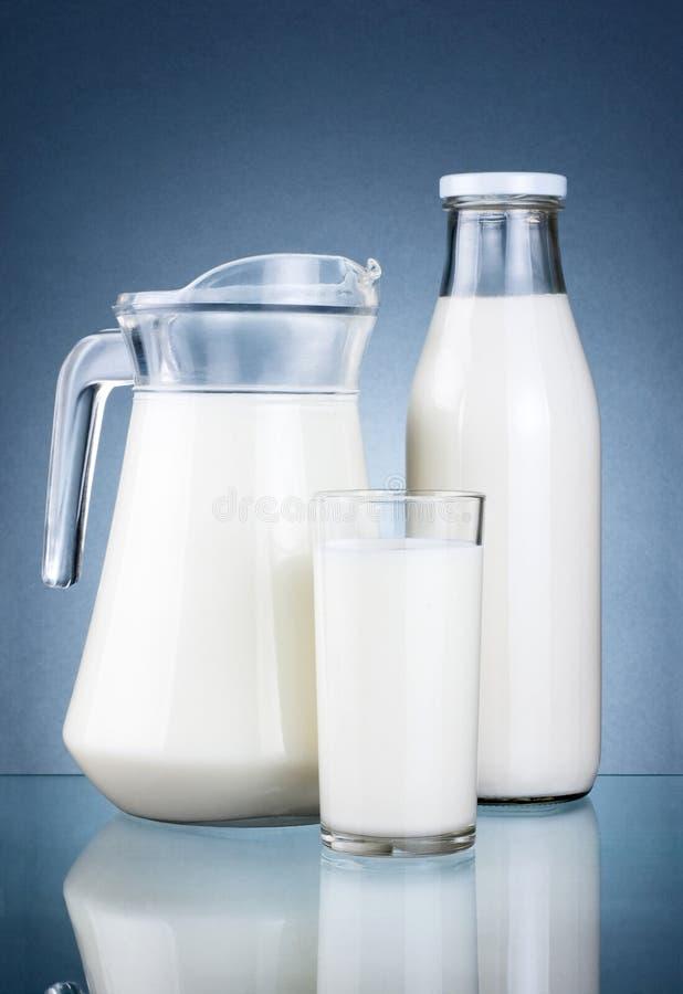 Jarro cheio, frasco do leite fresco e vidro isolado imagens de stock