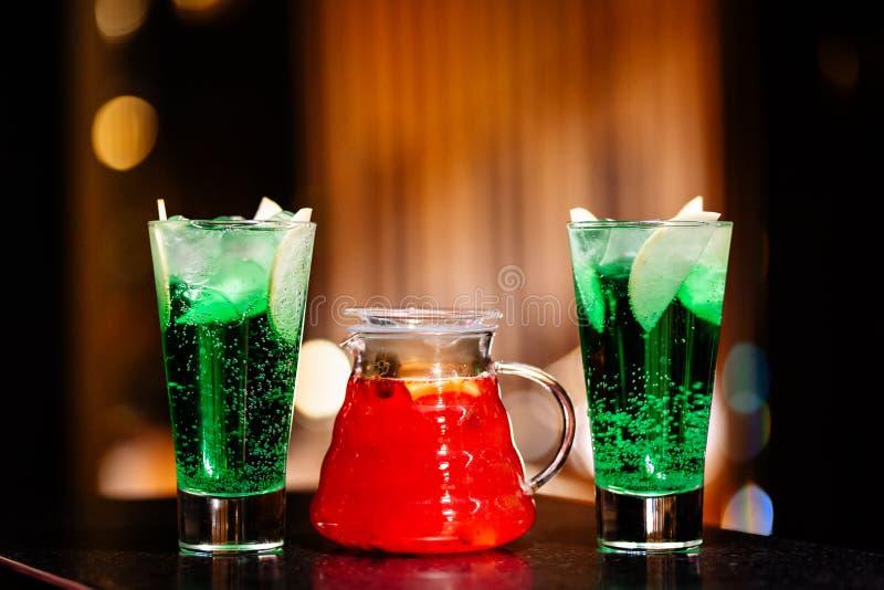Jarro com limonada e vidros do fruto com um cocktail imagem de stock