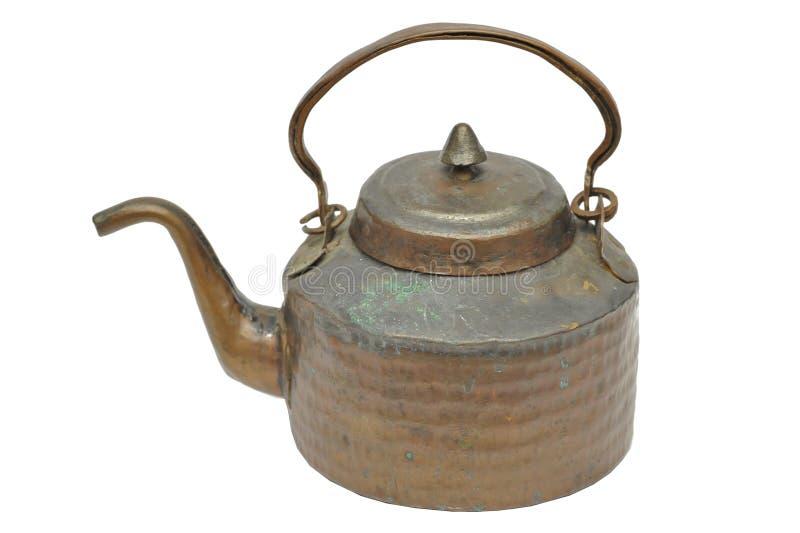 Jarro de agua antiguo de la jarra hecho del cobre y del latón, CA 1880 en el fondo blanco fotografía de archivo libre de regalías