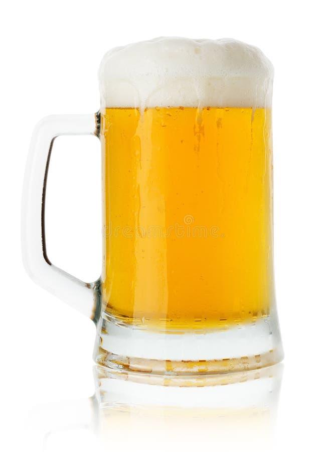 Jarro de cerveja isolado no fundo branco fotografia de stock royalty free