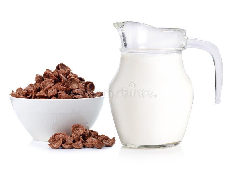 Jarro de cristal de chocolate fresco de la leche y del cereal aislado en blanco imágenes de archivo libres de regalías