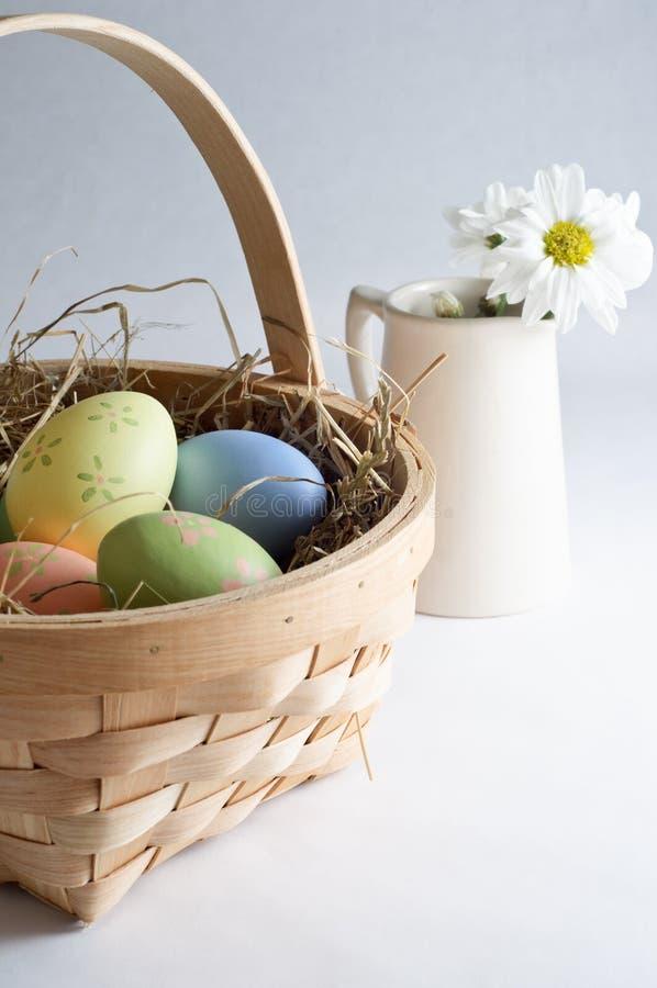 Jarro de la flor del amd de la cesta del huevo de Pascua imágenes de archivo libres de regalías