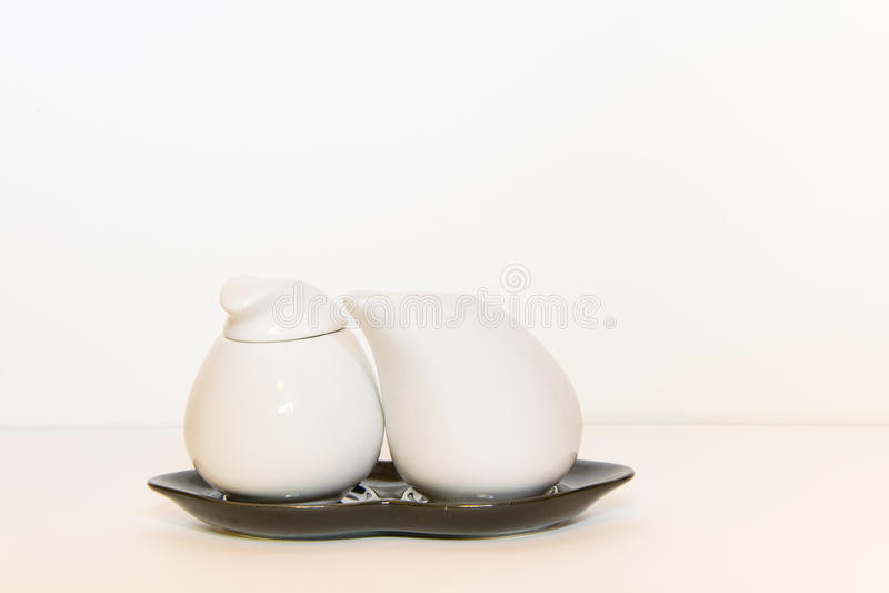 Jarro de leite e bacia de açúcar foto de stock royalty free