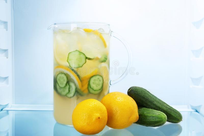 Jarro de limonada com pepinos imagem de stock