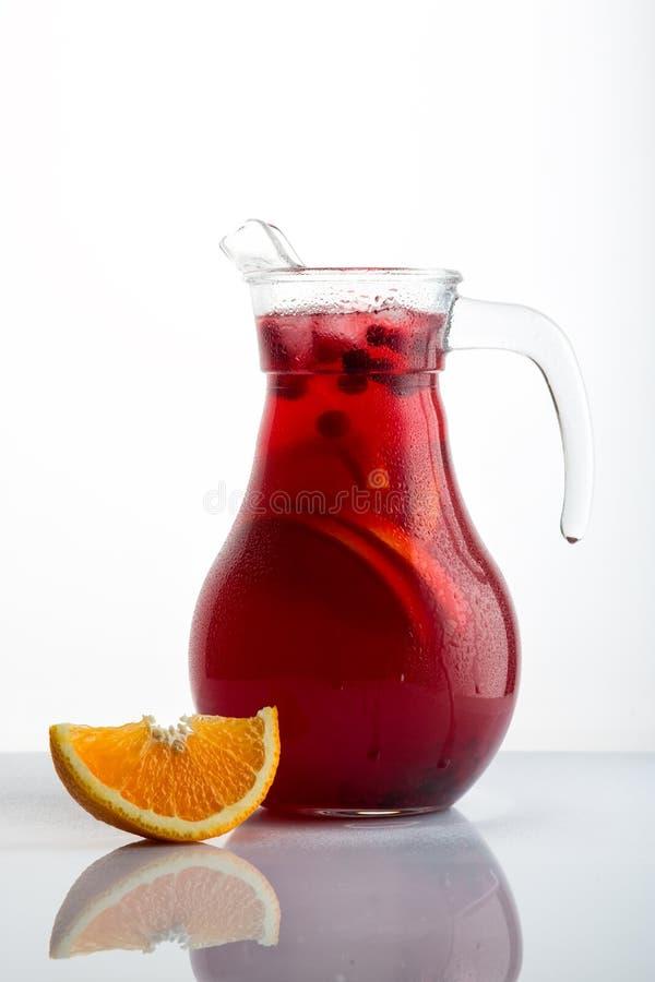 Jarro de sangria vermelha caseiro com arando e laranja imagens de stock
