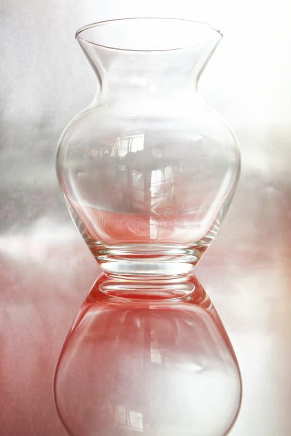 Jarro de vidro transparente em um fundo cor-de-rosa de prata Um exemplo para um esboço em uma lição de tiragem em uma escola de a foto de stock royalty free