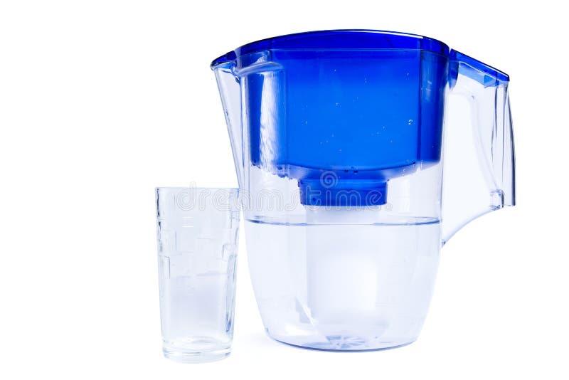 Jarro del filtro de agua y taza de cristal aislados en blanco imagenes de archivo