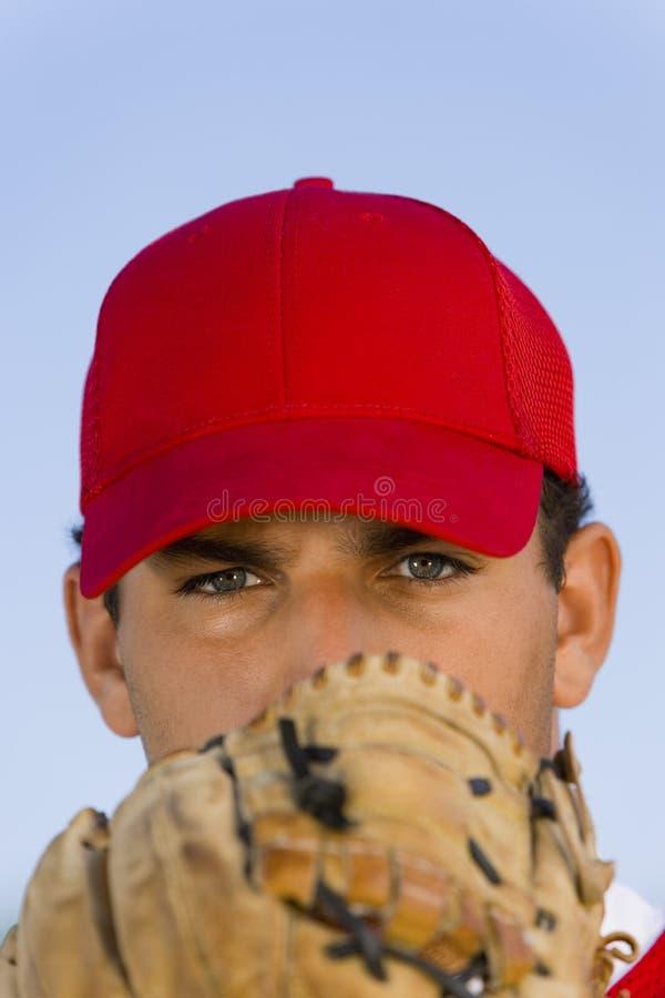 Jarro do basebol que guardara a luva na parte dianteira imagens de stock