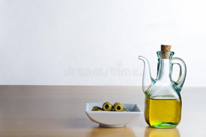 Jarro do petróleo verde-oliva com azeitonas foto de stock royalty free