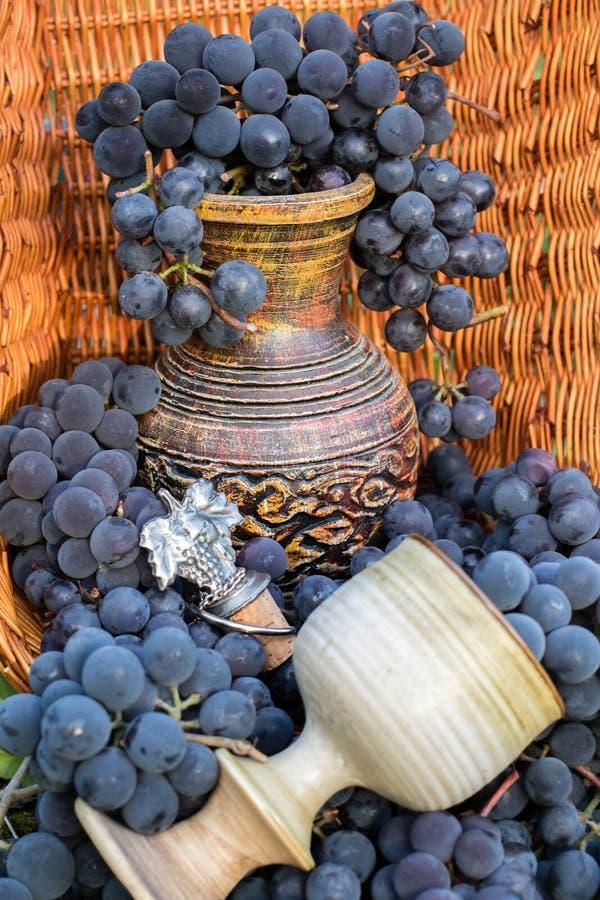 Jarro do vinho e vidro velhos da argila fotos de stock