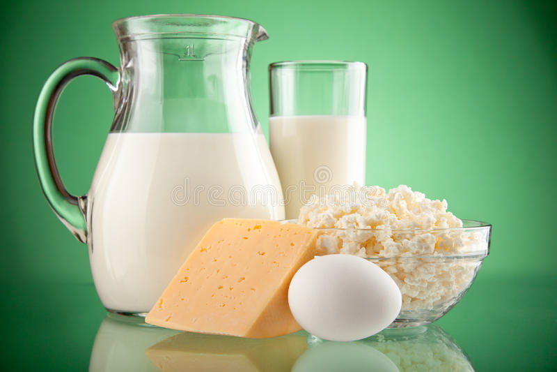 Jarro e vidro com leite foto de stock royalty free