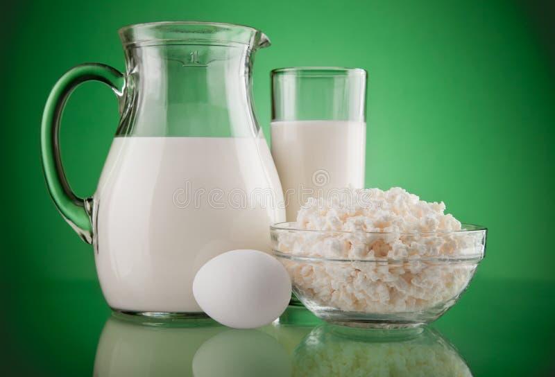 Jarro e vidro com leite e coalhada fotografia de stock