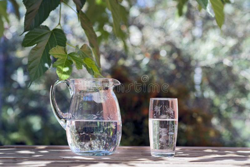 Jarro e vidro da água fotografia de stock