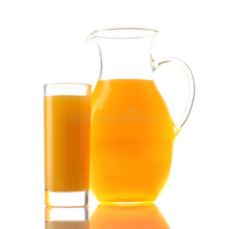 Jarro e vidro do suco de laranja no branco imagem de stock royalty free