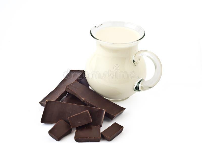 Jarro escuro do chocolate e de leite foto de stock