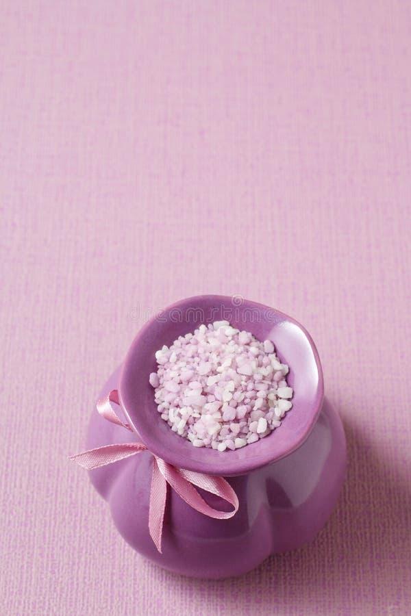 Jarro violeta de sal do mar foto de stock royalty free