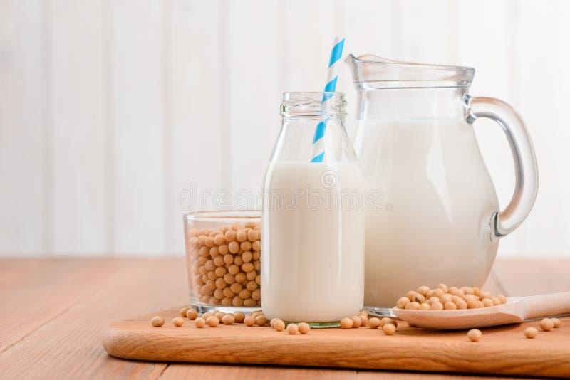 Jarro y botella de leche de soja foto de archivo