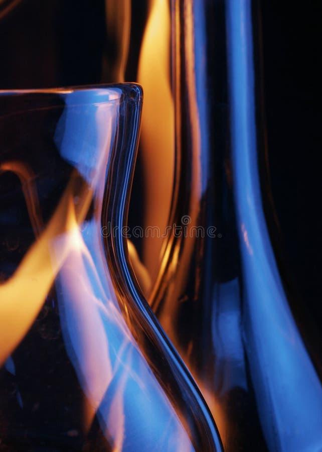 Jarro y botella sobre rastros del fuego imágenes de archivo libres de regalías