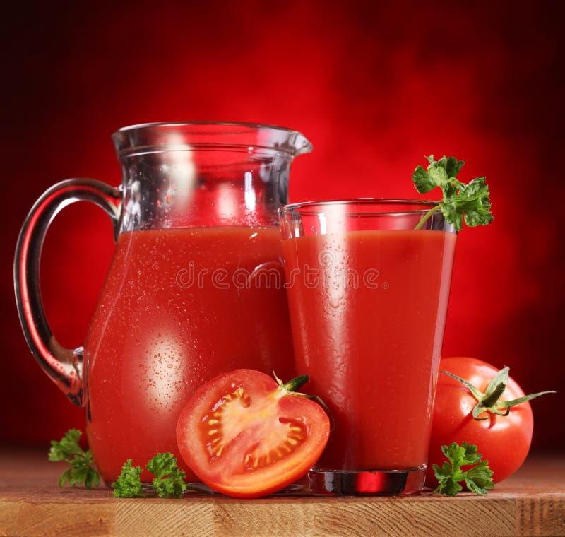 Jarro y de cristal por completo del jugo de tomate. foto de archivo libre de regalías