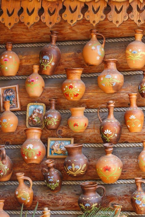 Jarros da argila na parede suportada do close up da casa da vila no dia ensolarado fotos de stock royalty free