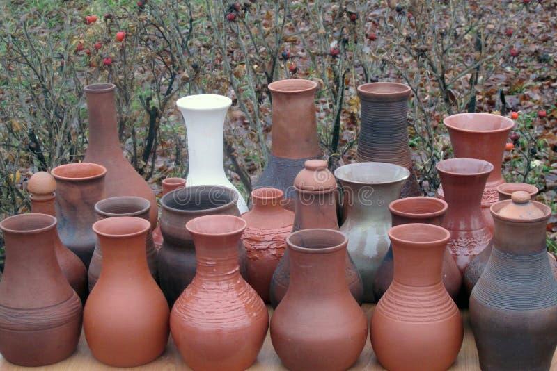 Jarros de branco e de marrom, feitos a mão, Plios da argila, Rússia imagem de stock