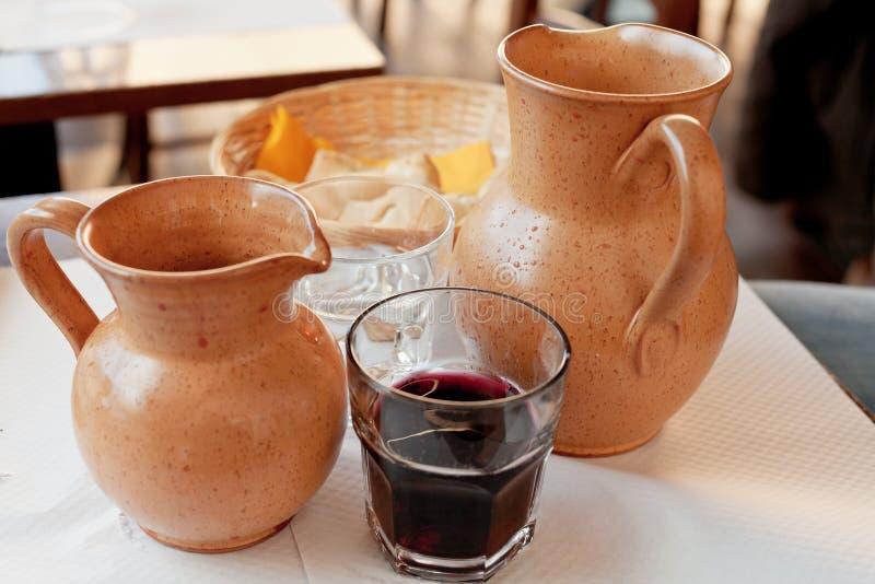 Jarros de la arcilla con el vino rojo local fotografía de archivo libre de regalías