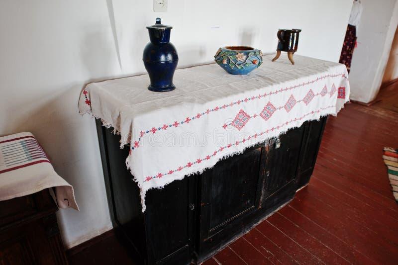 Jarros e vasos antigos no armário imagem de stock