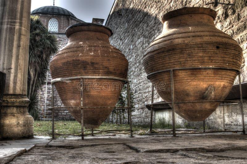 Jarros gigantes do vinho no palácio de Topkapi, Istambul imagens de stock