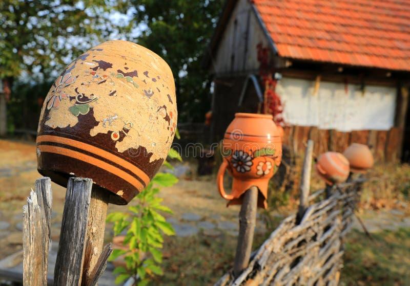 Jarros ucranianos da argila na cerca de madeira imagens de stock