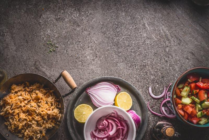 Jarscy ryż w garnku z sałatką na szarość drylują tło, odgórny widok Zdrowy i czyści łasowanie i jedzenie zdjęcia stock