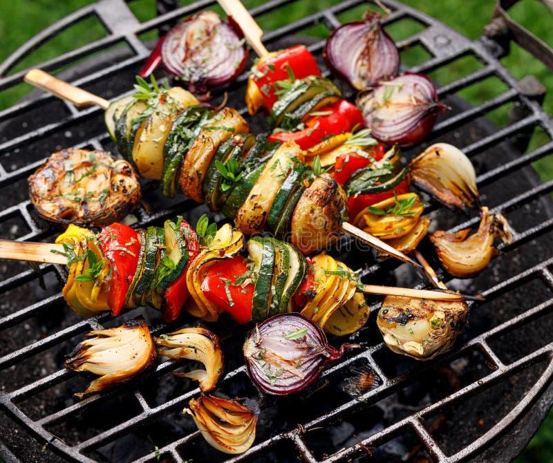 Jarscy skewers, piec na grillu jarzynowi skewers zucchini, pieprze i grule z dodatkiem, aromatycznych ziele i oliwy z oliwek zdjęcie stock