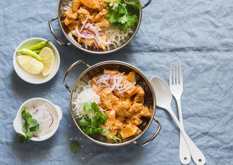 Jarska grula i kalafiorowy curry z ryż w currych naczyniach na błękitnym tle, odgórny widok Jarski zdrowy karmowy pojęcie zdjęcia royalty free