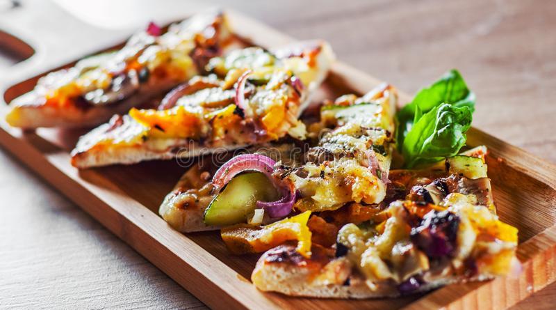 Jarska pizza z mozzarella serem, piec na grillu zucchini, pieczarkami, basilem, czerwonym cebuli, pieprzowego i świeżego, Włoska  obraz stock