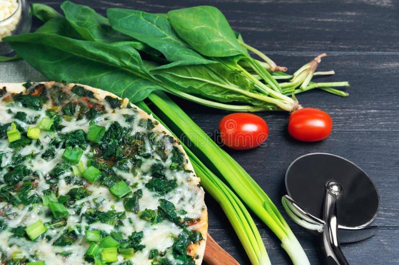 Jarska pizza z szpinakiem obraz stock