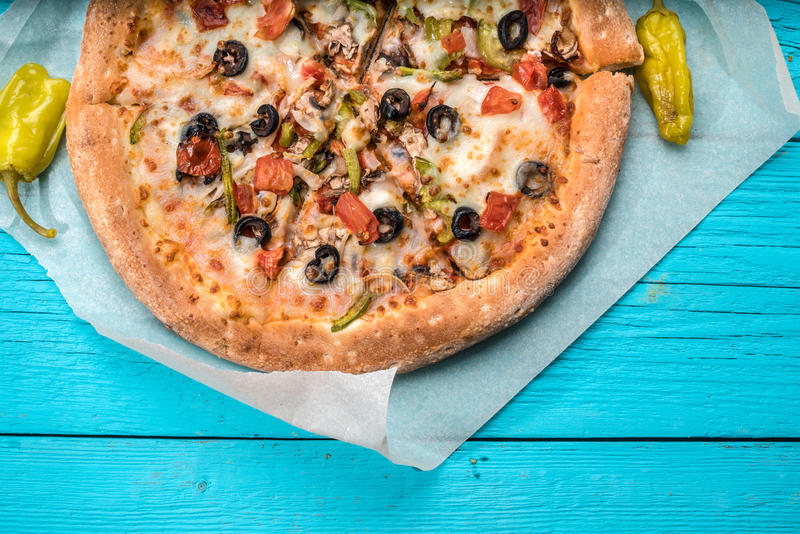 Jarska pizza z warzywami na błękita stole obraz royalty free